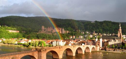 Alte Brücke mit Regenbogen